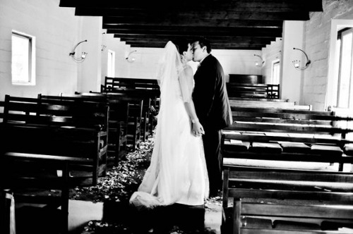 craig-and-chantelle-lotter-kissing-on-their-wedding