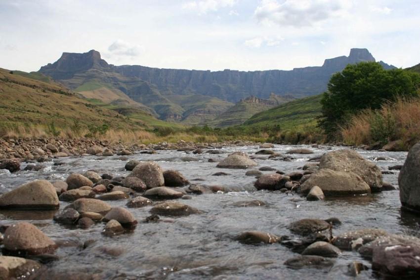 drakensberg amphitheatre and tugela river