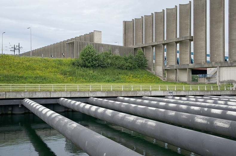 netherlands rozenburg wind wall protecting the canal from wind 3