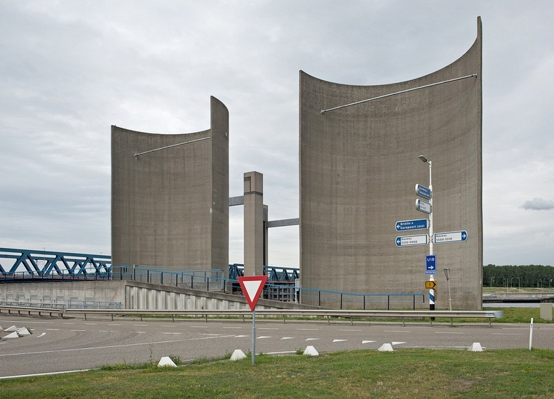 netherlands rozenburg wind wall protecting the canal from wind 4