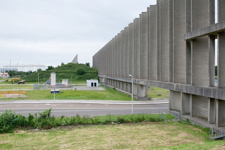 netherlands rozenburg wind wall protecting the canal from wind 6
