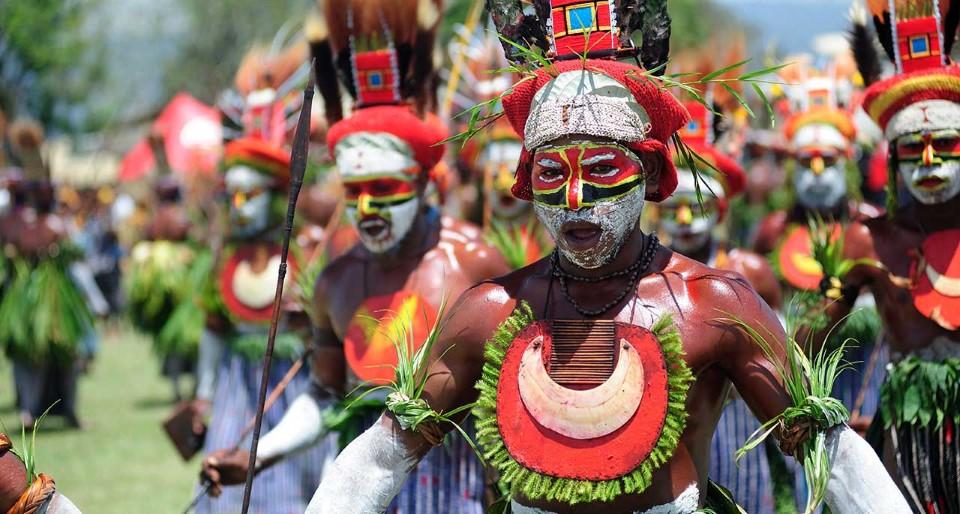 papua new guinea tribal gathering sing-sing goroka show 1