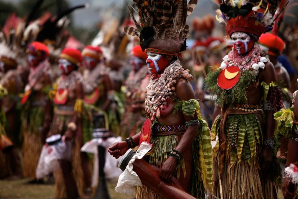 papua new guinea tribal gathering sing-sing goroka show 2