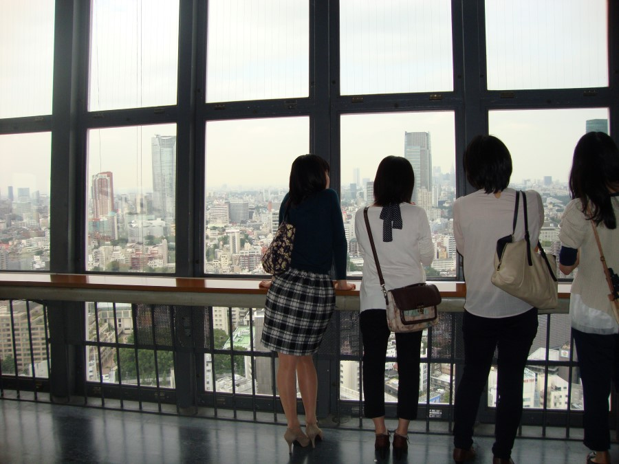 DSC07189 japanese girls looking out at tokyo tower in shiba, minato, tokyo