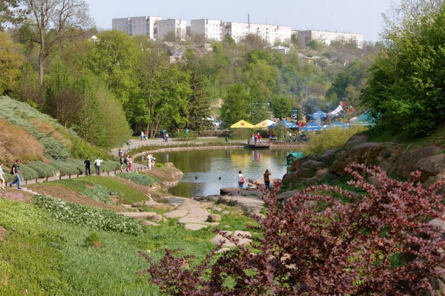 sofiyivsky-park-in-uman-in-ukraine-nahirne-lake