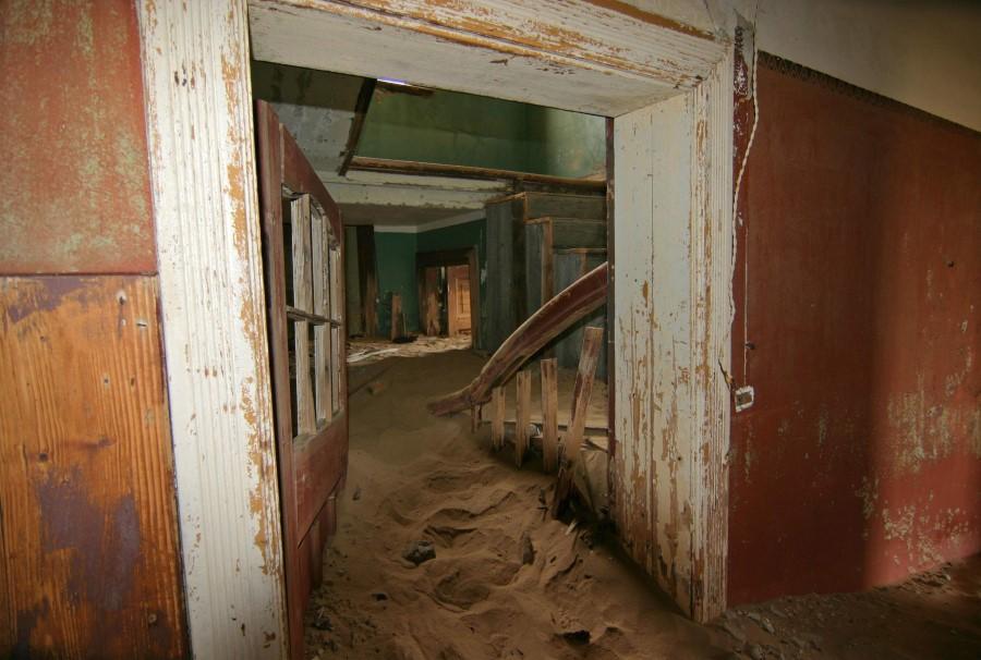 desert-sand-and-the-abandoned-mining-town-of-kolmanskop-in-namibia-4