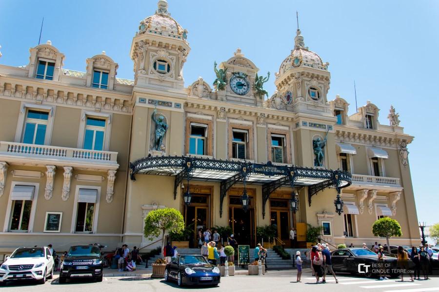 gambling-at-the-monte-carlo-casino-in-monte-carlo-monaco-04